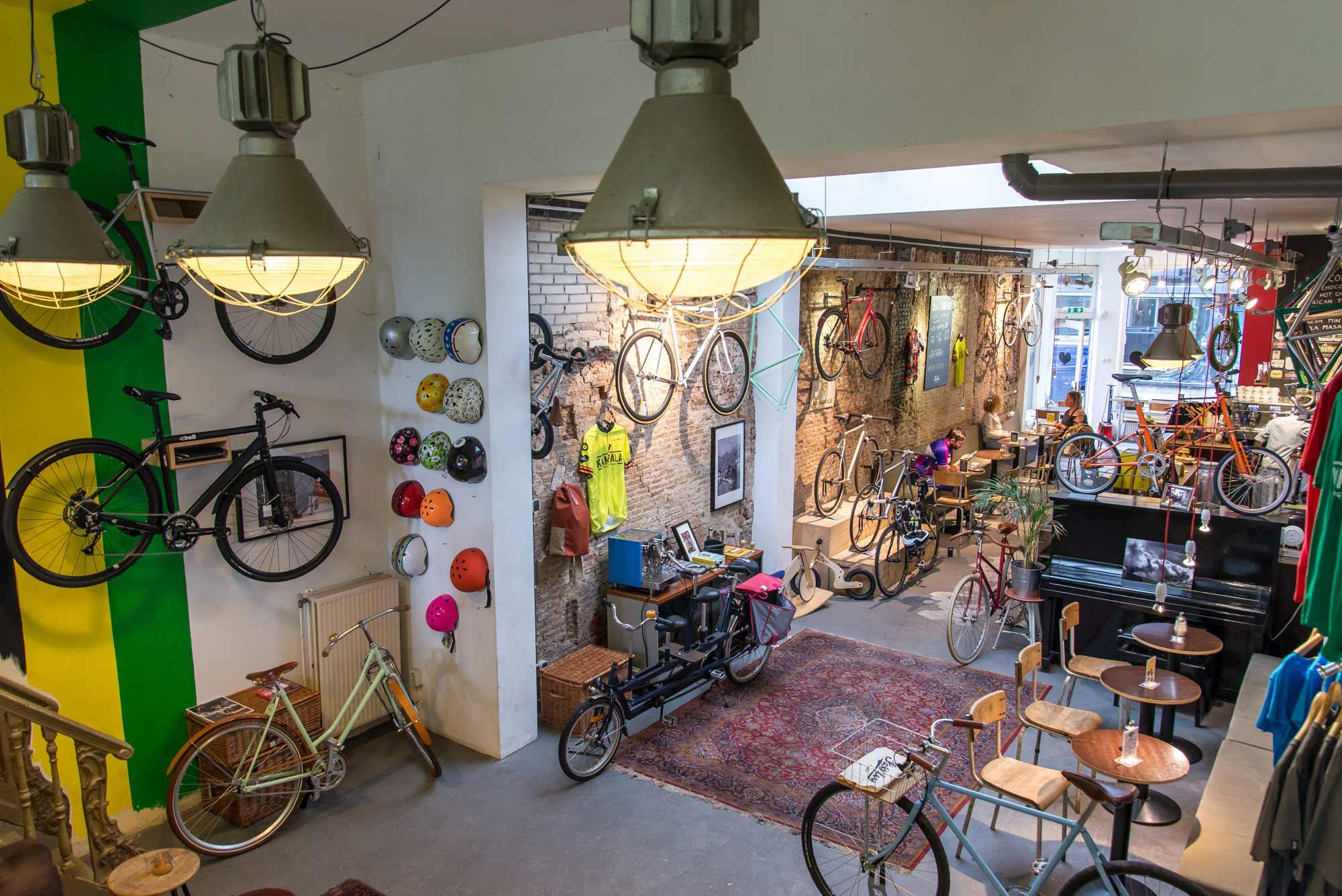 fietsenwinkel helmen wand