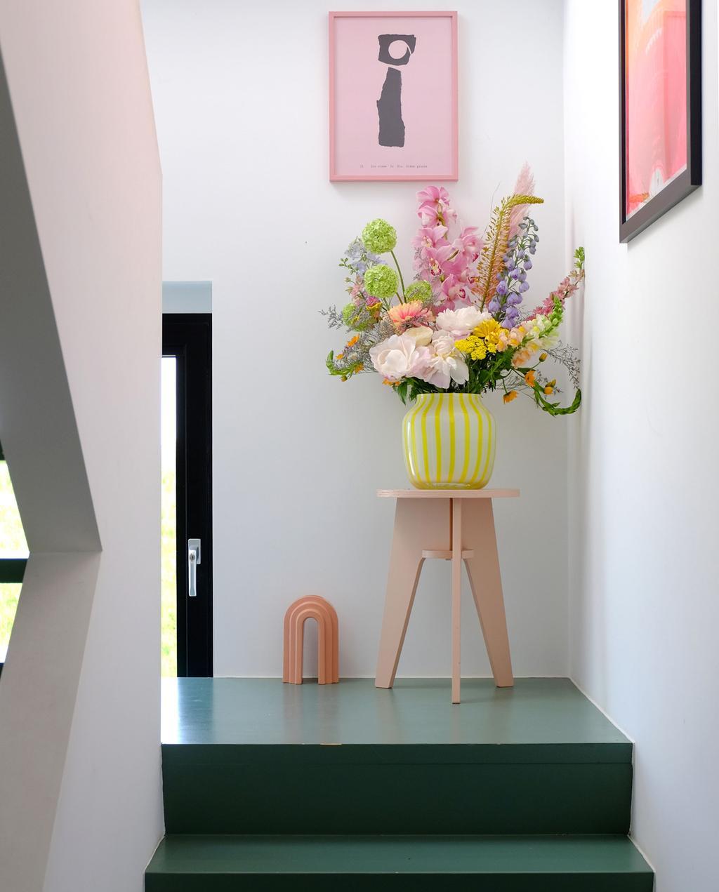 vtwonen PRCHTG | moederdagcadeaus bloemen in gele vaas in de gang