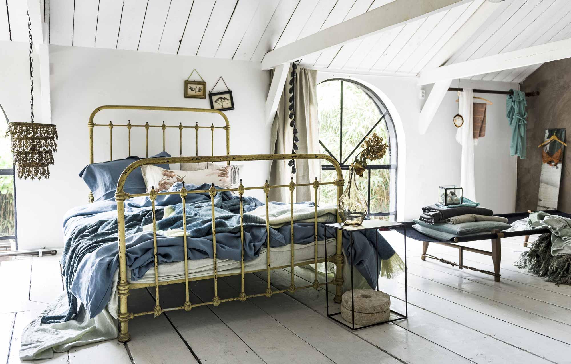 vintage bed oude plankenvloer