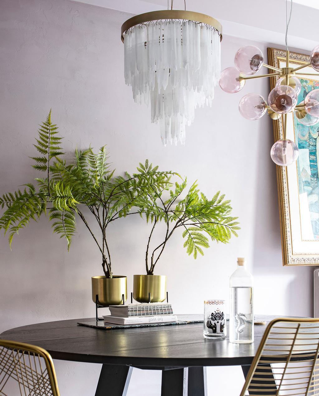 vtwonen 06-2021 | twee hanglampen met gouden details boven de eettafel I authentiek en excentriek