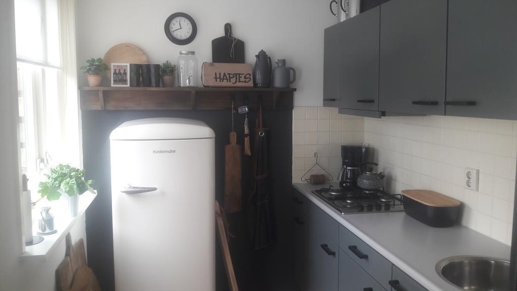 klein-huisje-kleine-keuken-zelf-helemaal-opgeknapt-keuken-geverfd-muur-geverfd-en-een-plank-gemaakt-waar-ik-mijn-mooie-spulletjes-op-kan-zetten-en-dan-zo-nu-en-dan-wisselen-koelkast-van-marktplaats-en-voila-ik-ben-er-trots-op