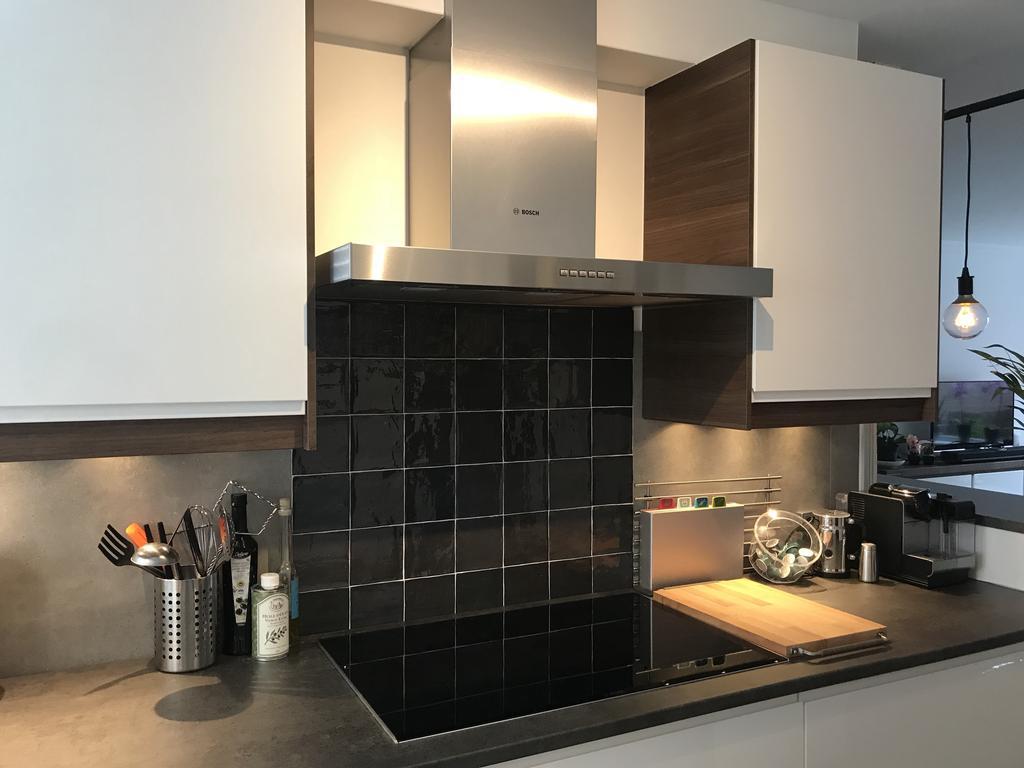 onder-de-afzuigkap-tegeltjes-craft-van-vtwonen-deze-variant-in-het-wit-heb-ik-ook-onder-het-raam-onder-de-keukenkastjes-hebben-we-overgebleven-plavuizen-ook-van-vtwonen-geplaatst