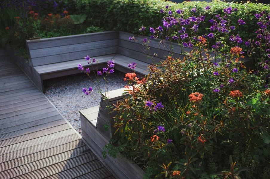 banc bordure de fleurs