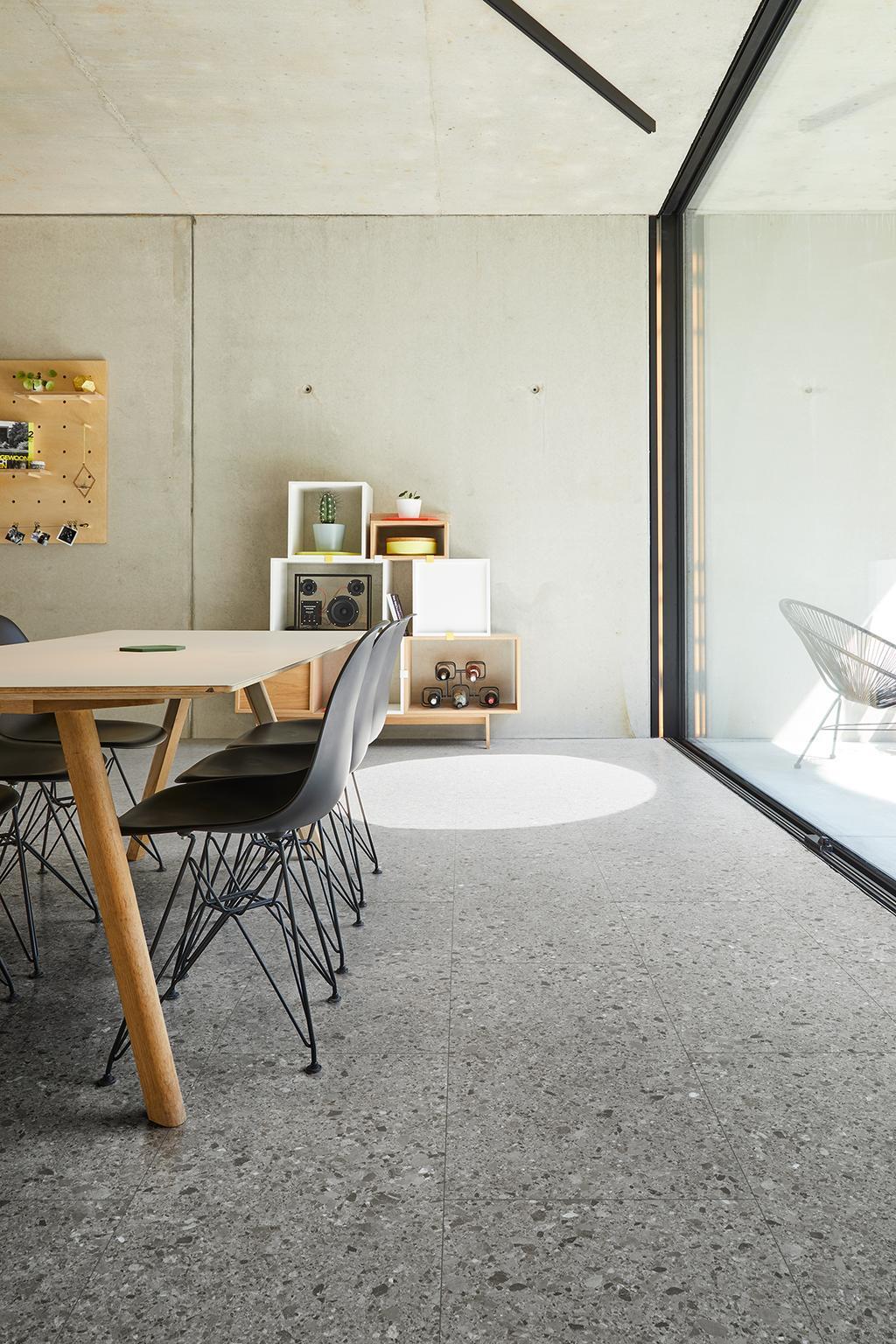 Eetkamer met grijze terrazzovloer Branco van COREtec vloeren