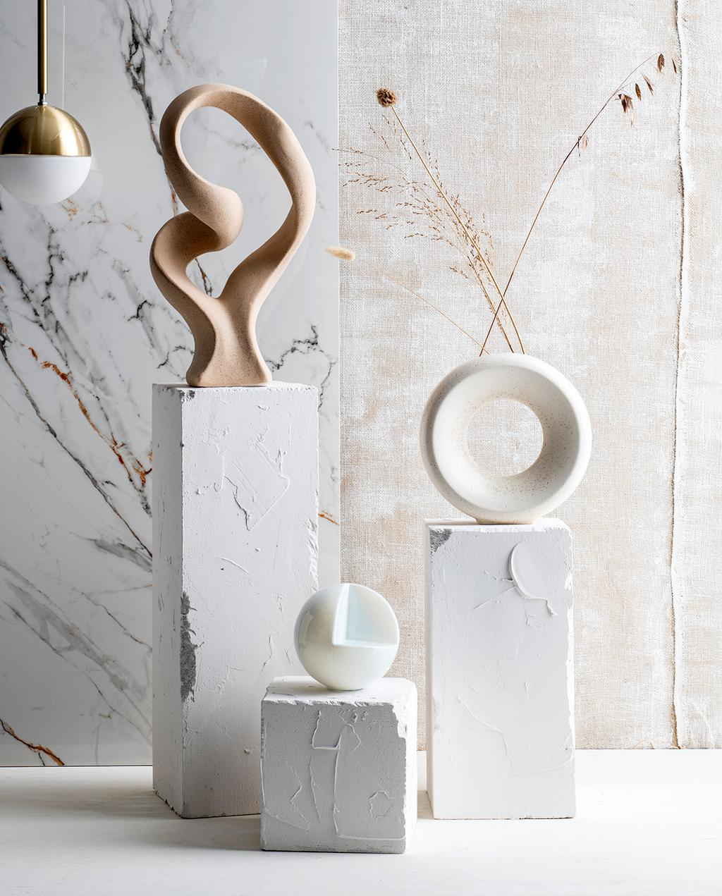 vtwonen 07-2021 | de kunstzuilen naast elkaar eindbeeld met drie ornamenten erop