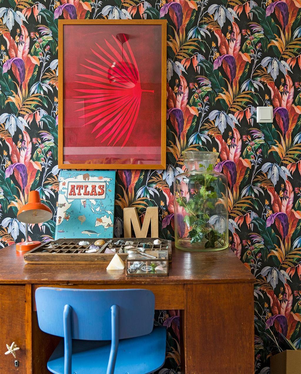 vtwonen 07-2021 | behang van bloemen en een blauwe stoel