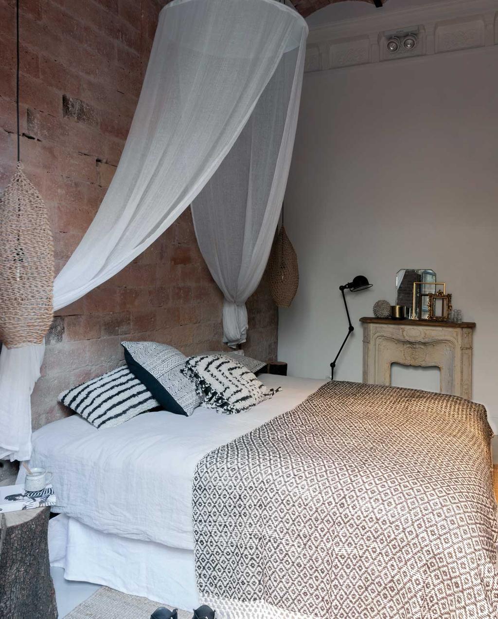 vtwonen 09 | Binnenkijker | slaapkamer met witte klamboe