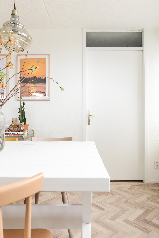 Witte deur met gouden deurklink