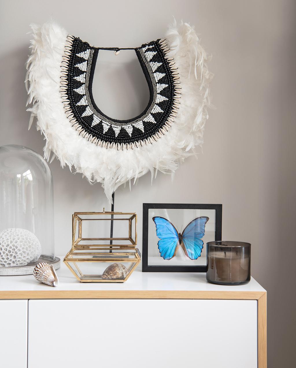 vtwonen 04-2021 | ketting met veren op houten dressoir
