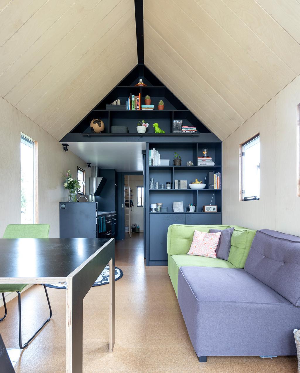 vtwonen special tiny houses | ingebouwde kast boven de keuken