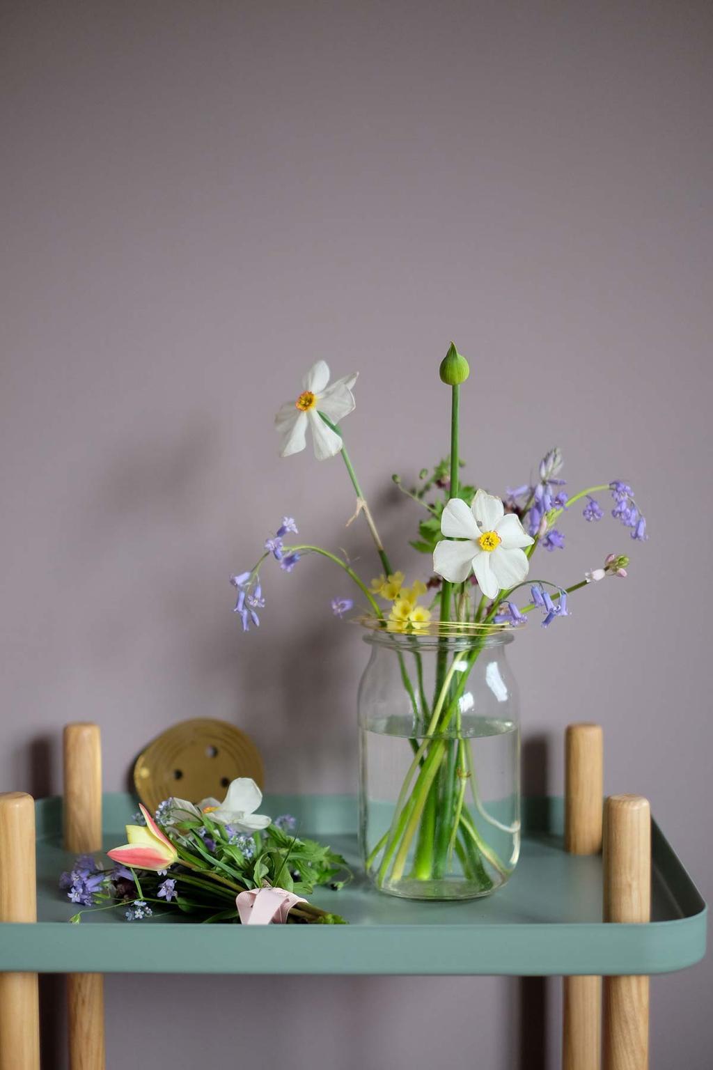 Vaas met bloemen en Flower Constellation van House Thol op een kastje