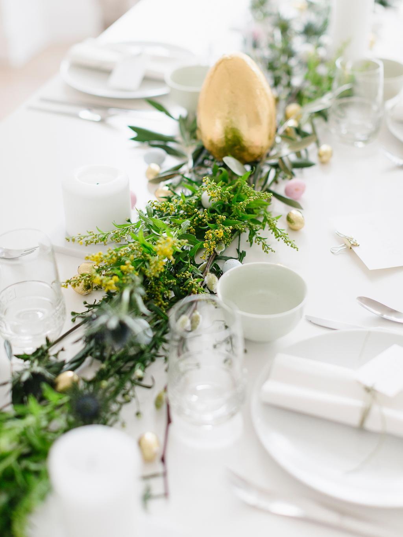paastafel the fresh light met groene takjes en bloemen op witte tafel
