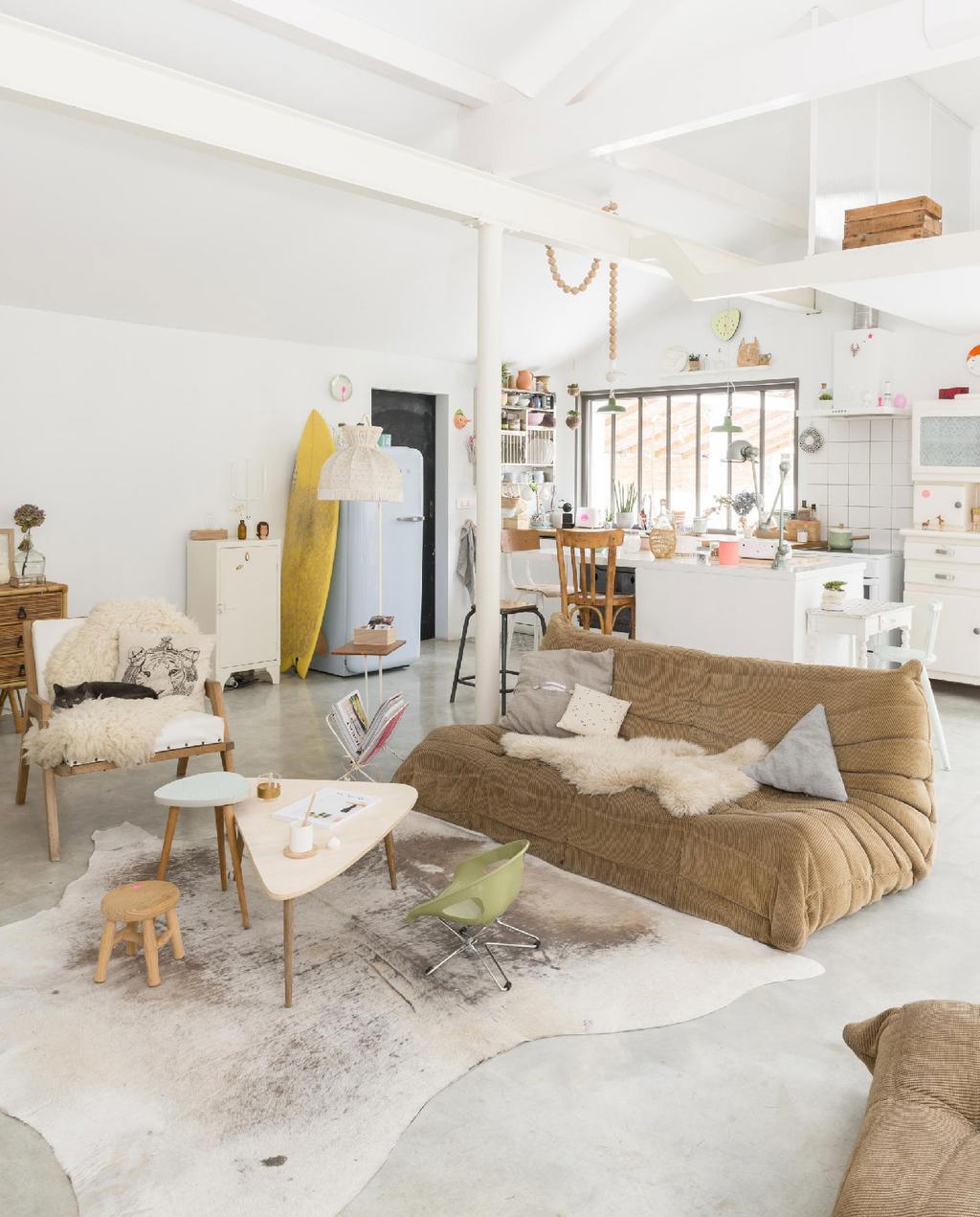 vtwonen 09-2015 | binnenkijken biarritz woonkamer met grote plofbank en witte balken