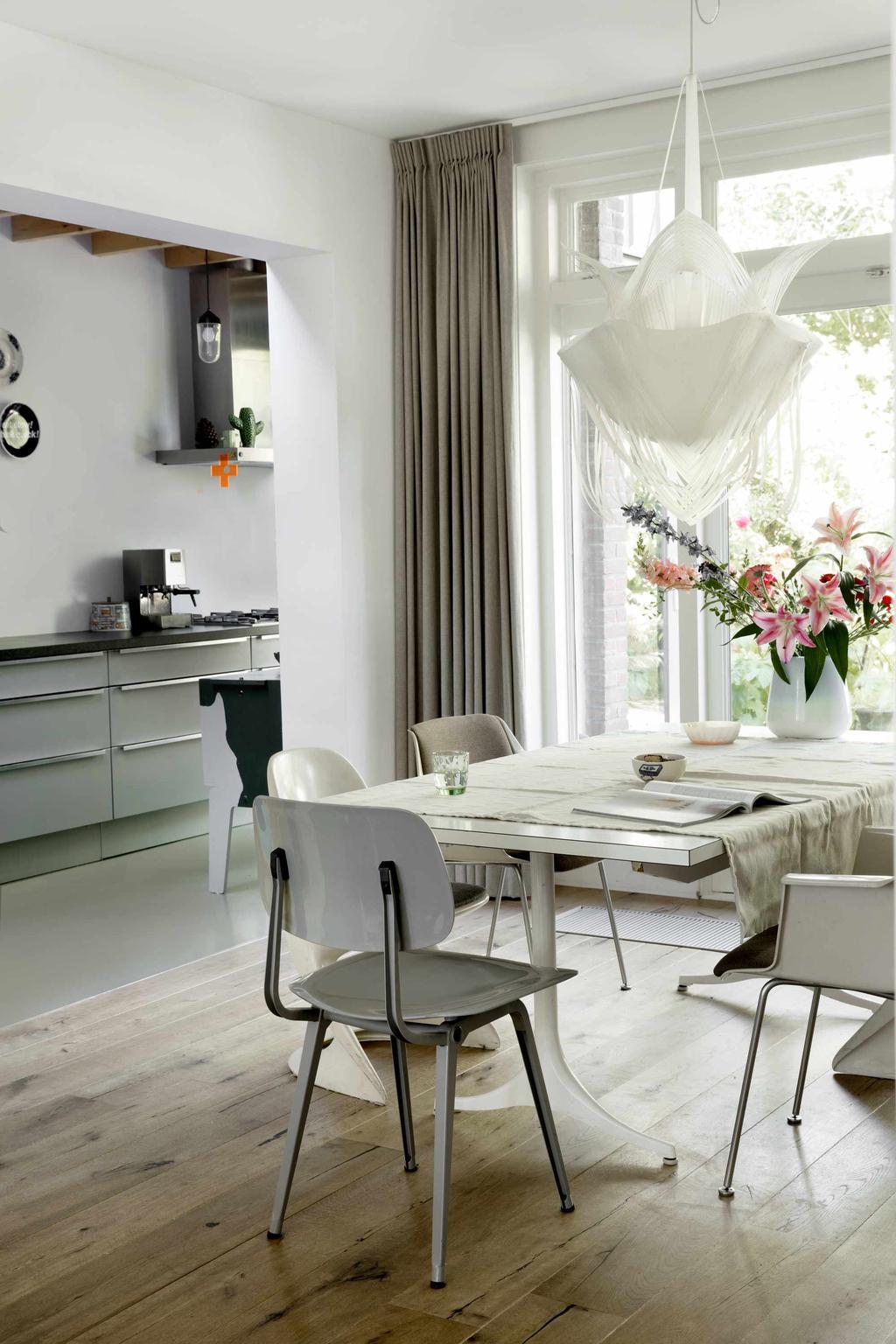 Eetkamer witte tafel met bloemen