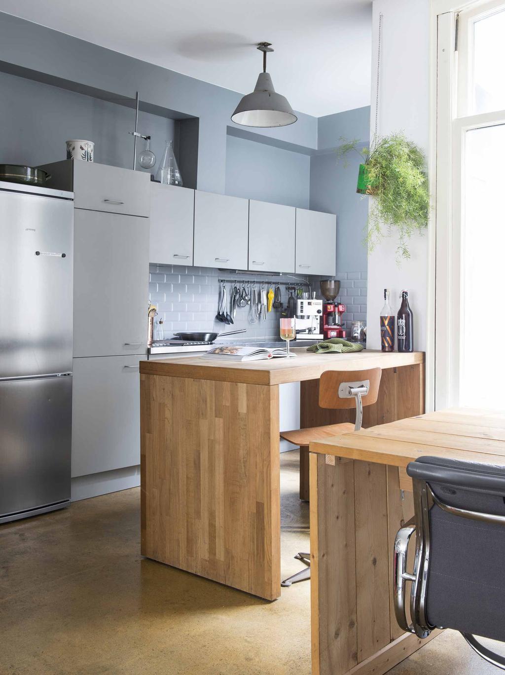 Keuken grijs met houten bar