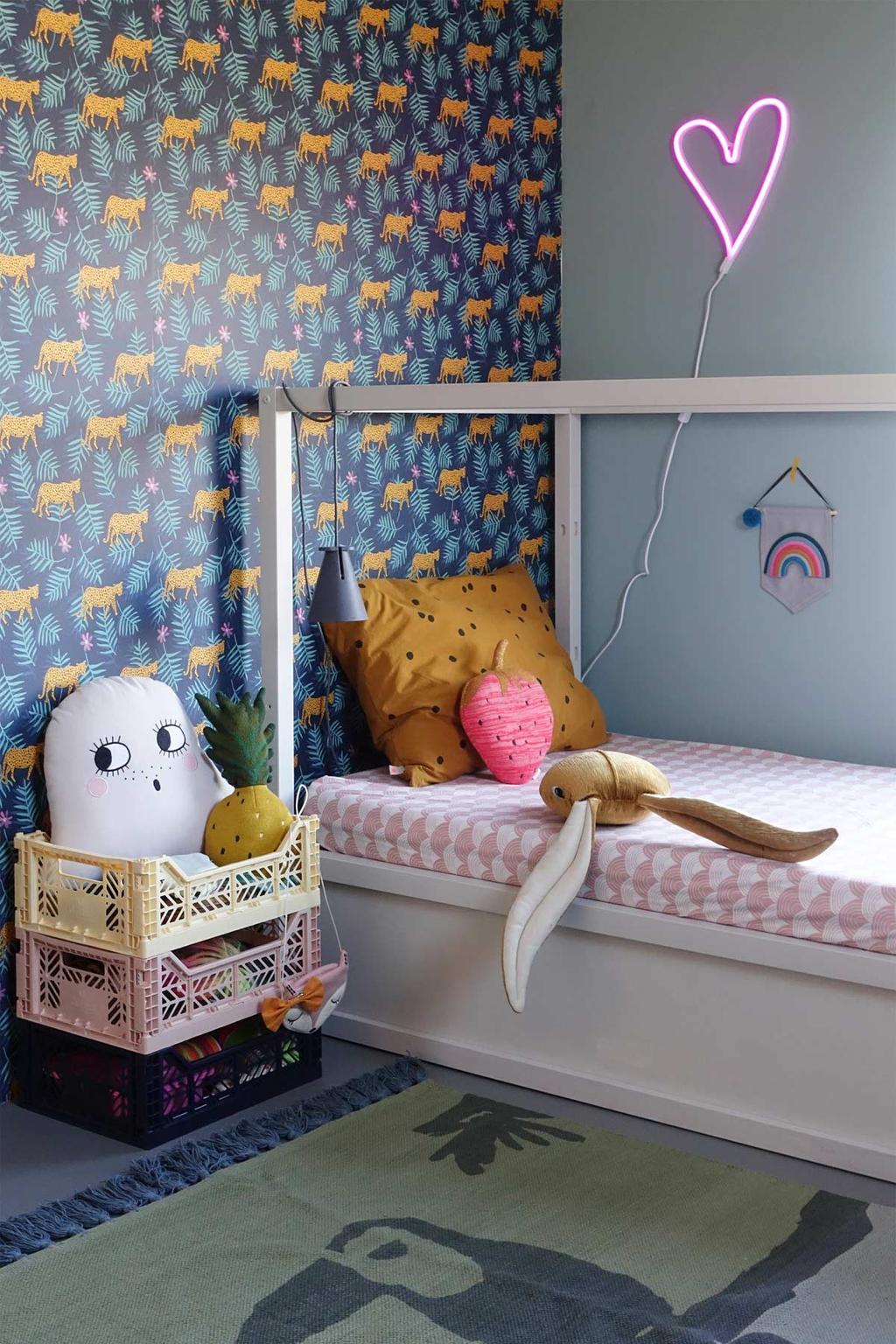 Behang op de kinderkamer met dierenprint