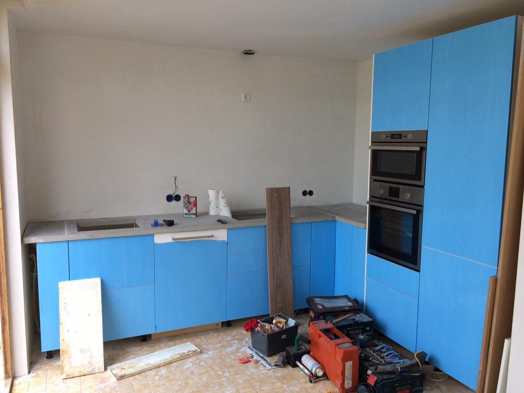 nog-mooie-blauwe-folie-maar-daarachter-een-hoogglans-keuken