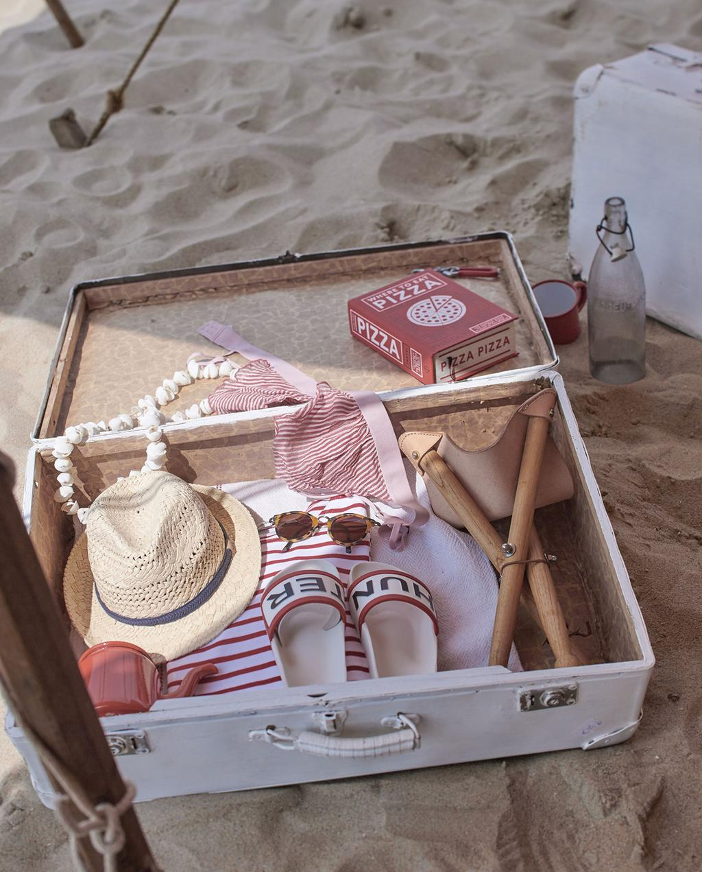 vtwonen 08-2016 | witte koffer met rood wit gestreepte kleding