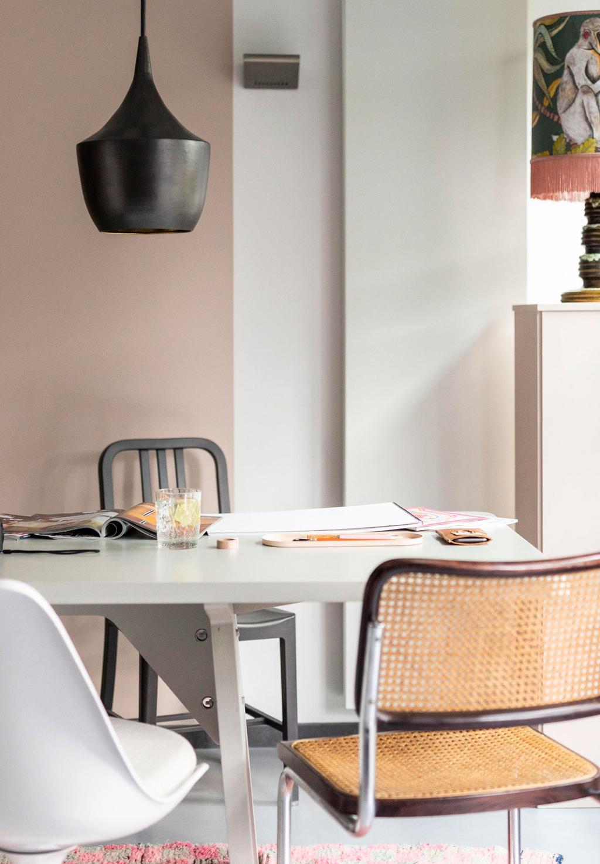Piet Hein Eek crisistafel met vintage eetkamerstoelen