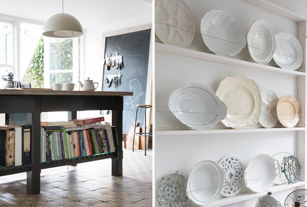Keukenblok met kookboeken en een wit bordenrek