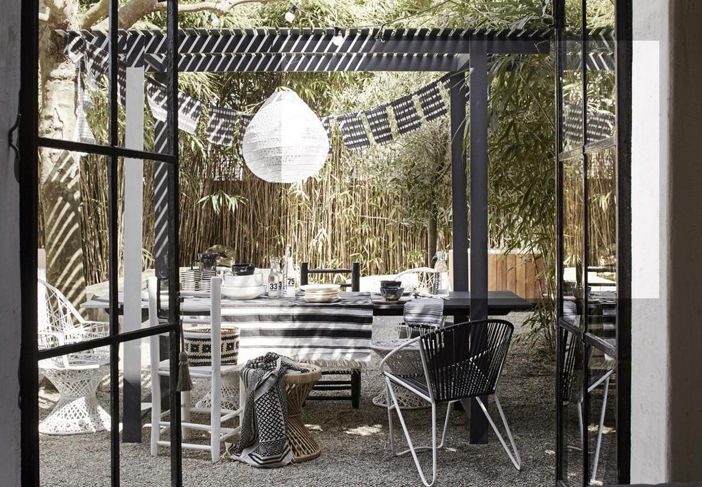 Een mooi gedekte tafel met de kleuren zwart en wit