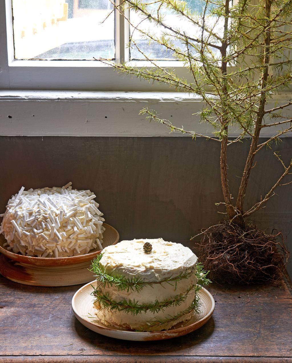 vtwonen 12-2019 | styling kersttaart Pistache taart met witte chocolade glazuur