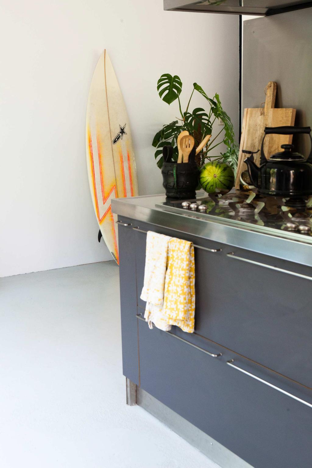 Donkergrijze keuken geel sufboard