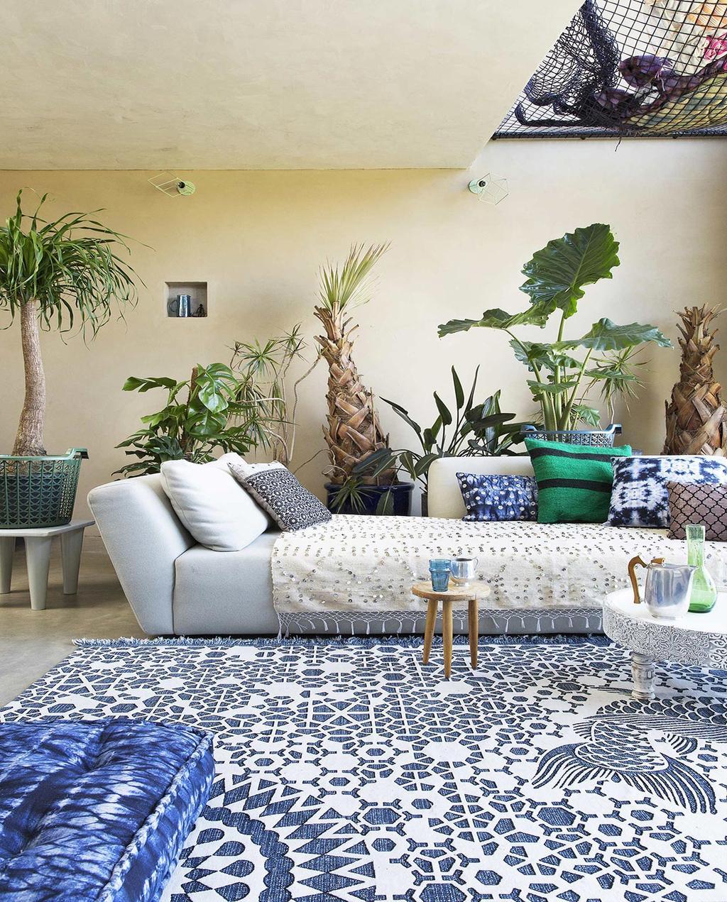 vtwonen 08-2016 | woonkamer met tropisch botanische planten en blauw kleed