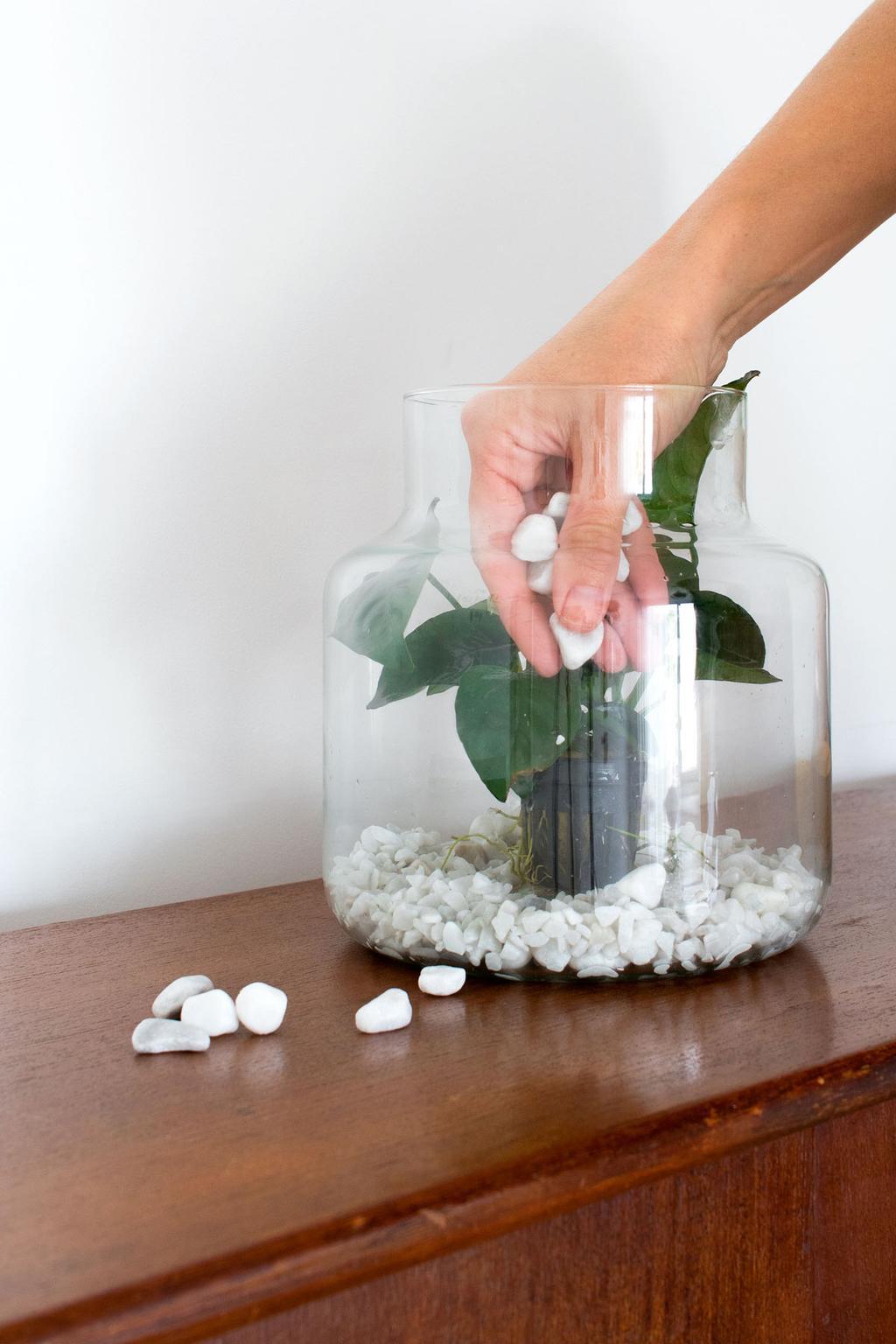 Onderwatertuin maken met waterplant in een weckpot en steentjes
