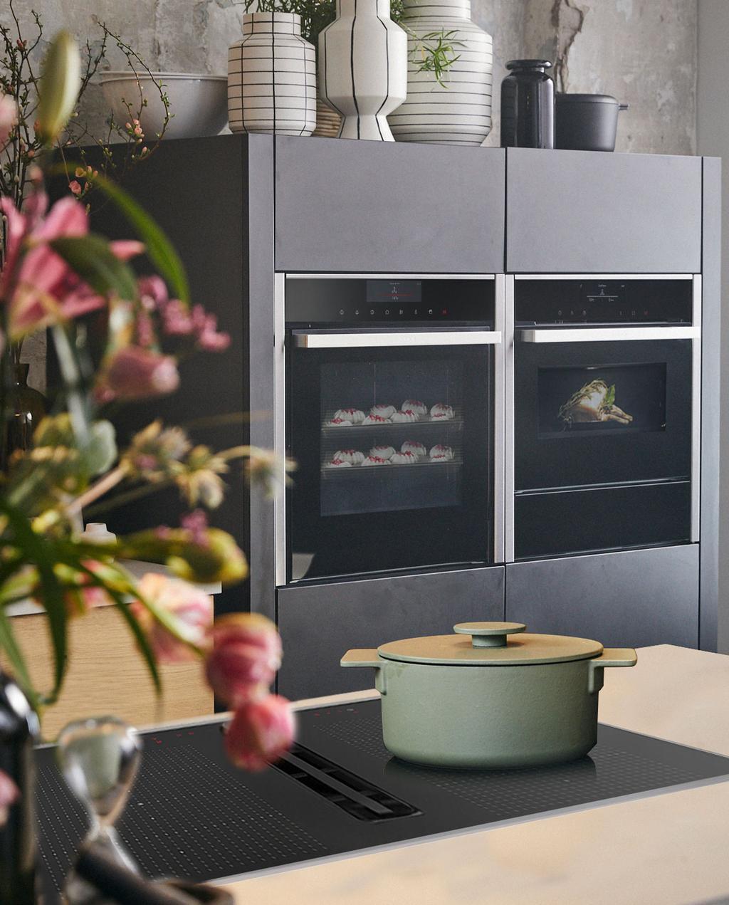 vtwonen BSH | winactie inspiratiehuis 2020 rustieke keuken met witte grafische vazen en een mintgroene pan