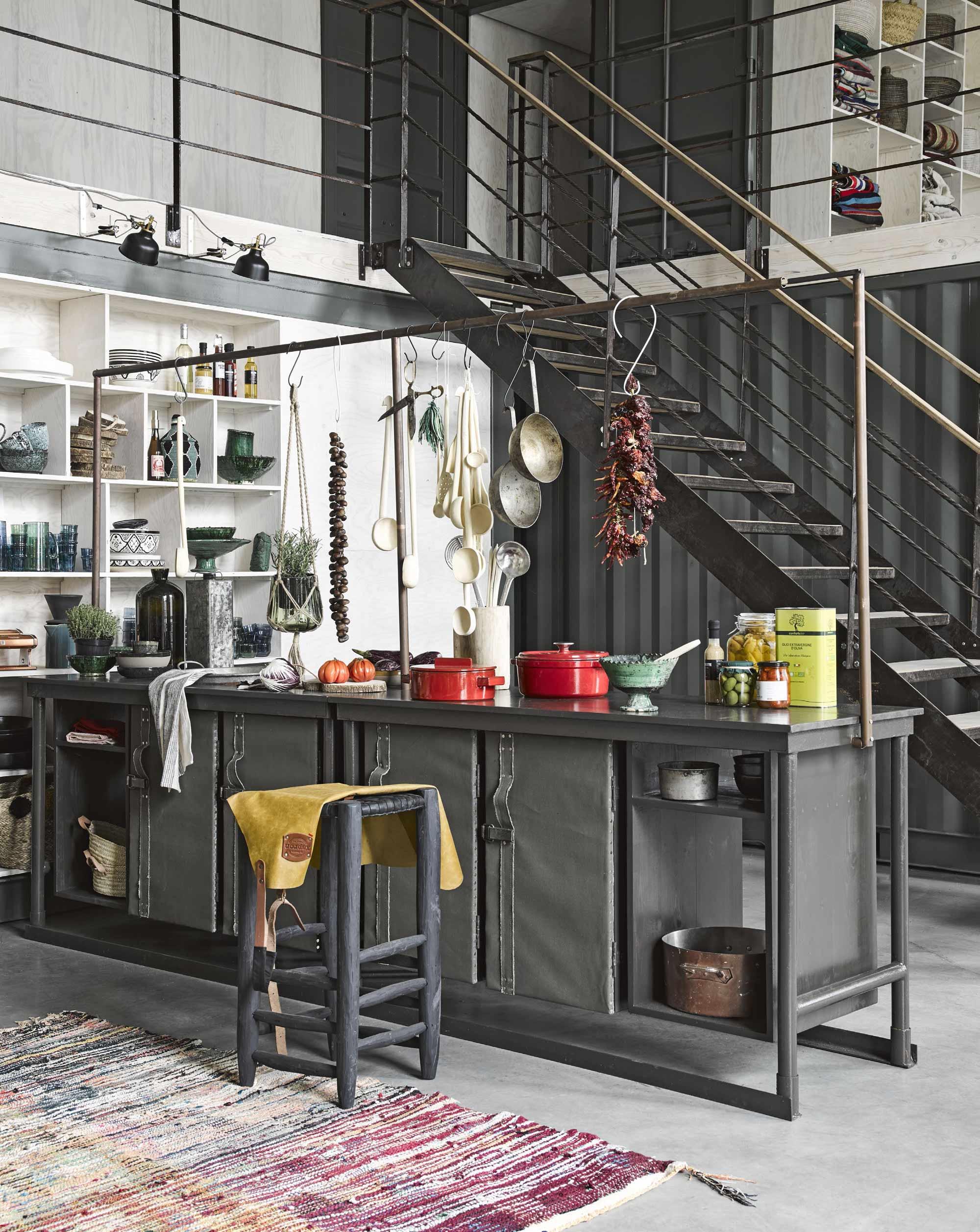 Zwarte keuken met stalen frame