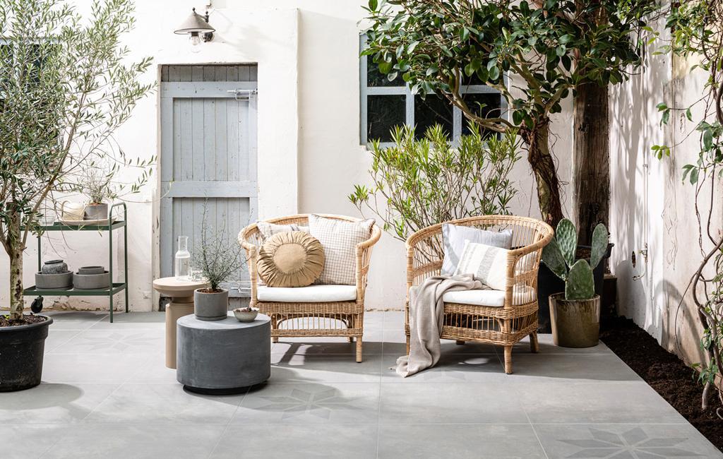 buitentegels vtwonen op terras met rotan stoelen