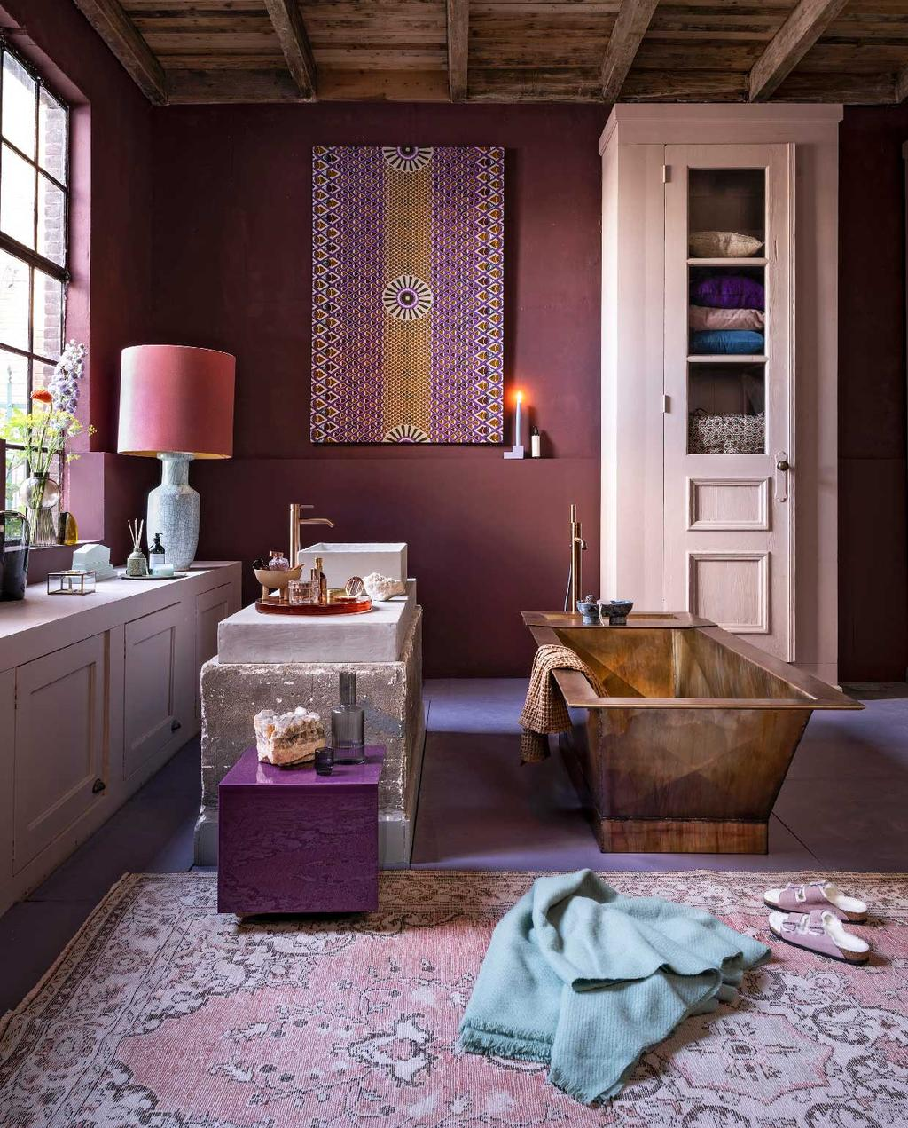 vtwonen 10-2020 | trendhuis culture club marianne paarse badkamer
