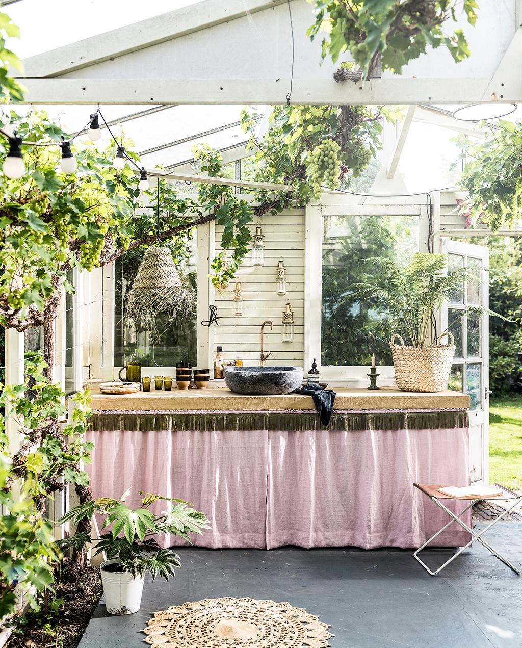 vtwonen tuin special 2 2020 | buitenkeuken met stenen wasbak Franjes styling Liza Wassenaar