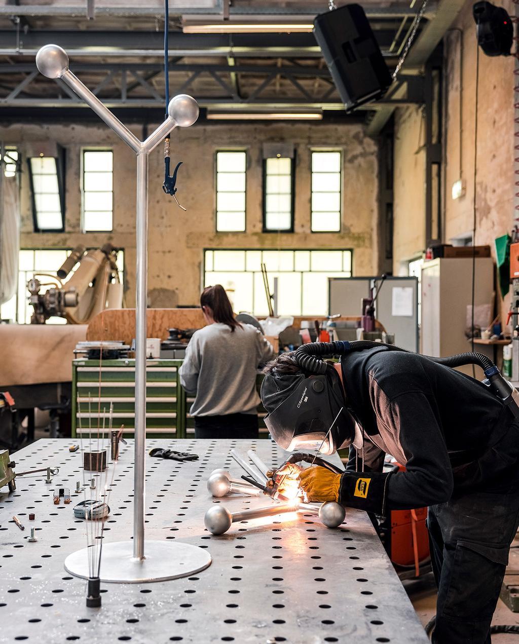 vtwonen 07-2021   werktafel in het atelier zwart witte stippen