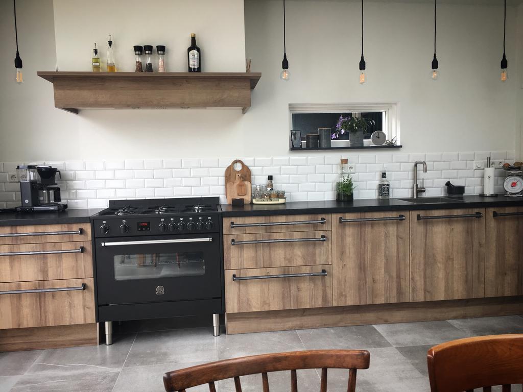 super-happy-met-onze-nieuwe-keuken-de-stalen-handgrepen-zijn-speciaal-op-maat-gemaakt-en-de-houtlook-keuken-geeft-een-warme-en-stoere-uitstraling-de-keukenspulletjes-van-vt-wonen-maken-de-keuken-af
