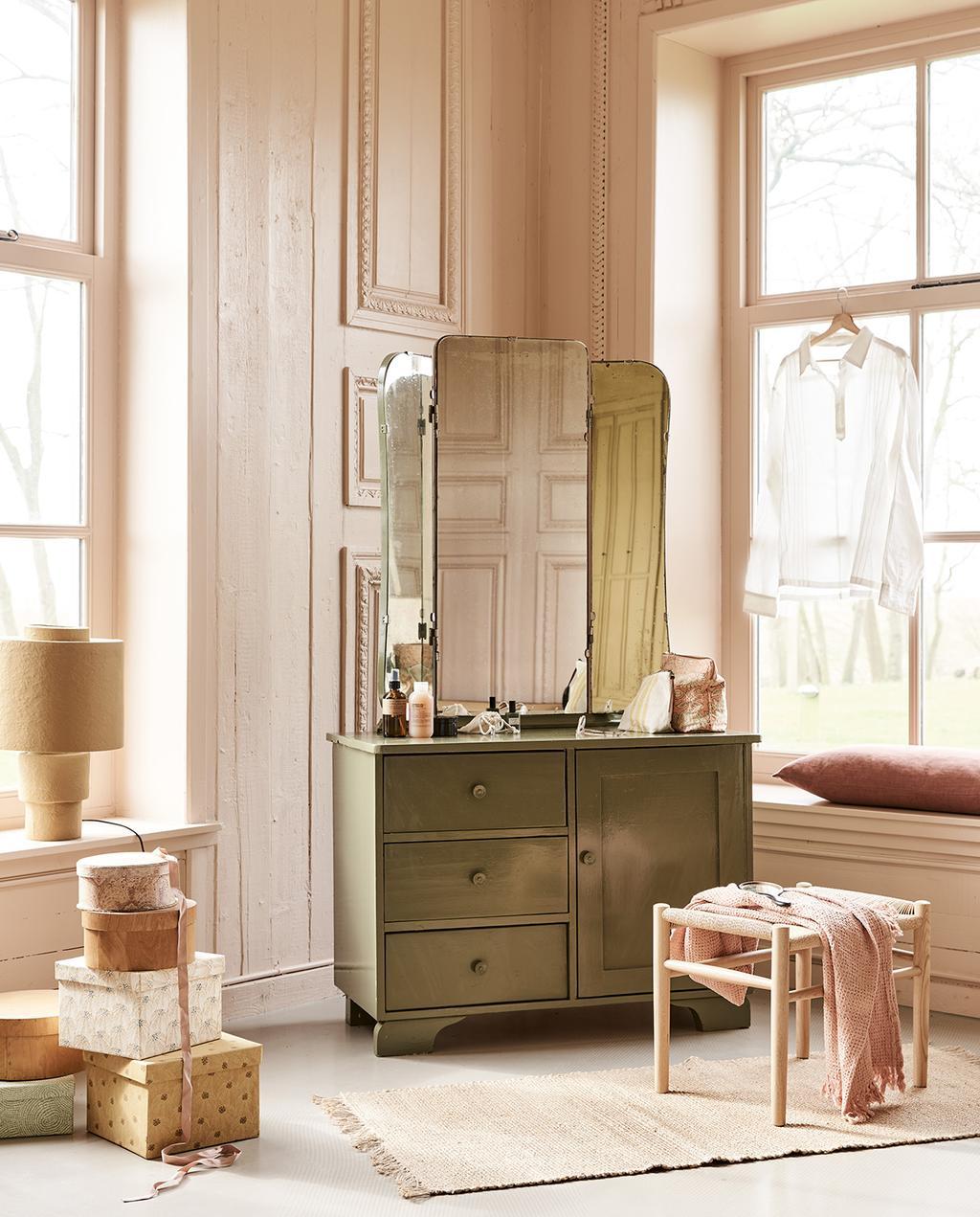 vtwonen 05-2021 | spiegel op dressoir met webbing krukje en vloerkleed