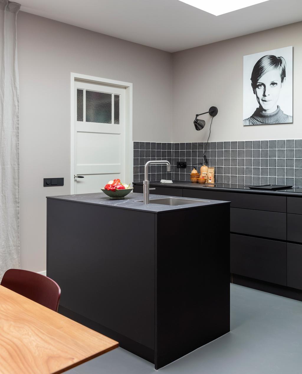 vtwonen weer verliefd op je huis | aflevering 11 seizoen 13 | stylist Fietje in Haarlem | wandlampen in de keuken