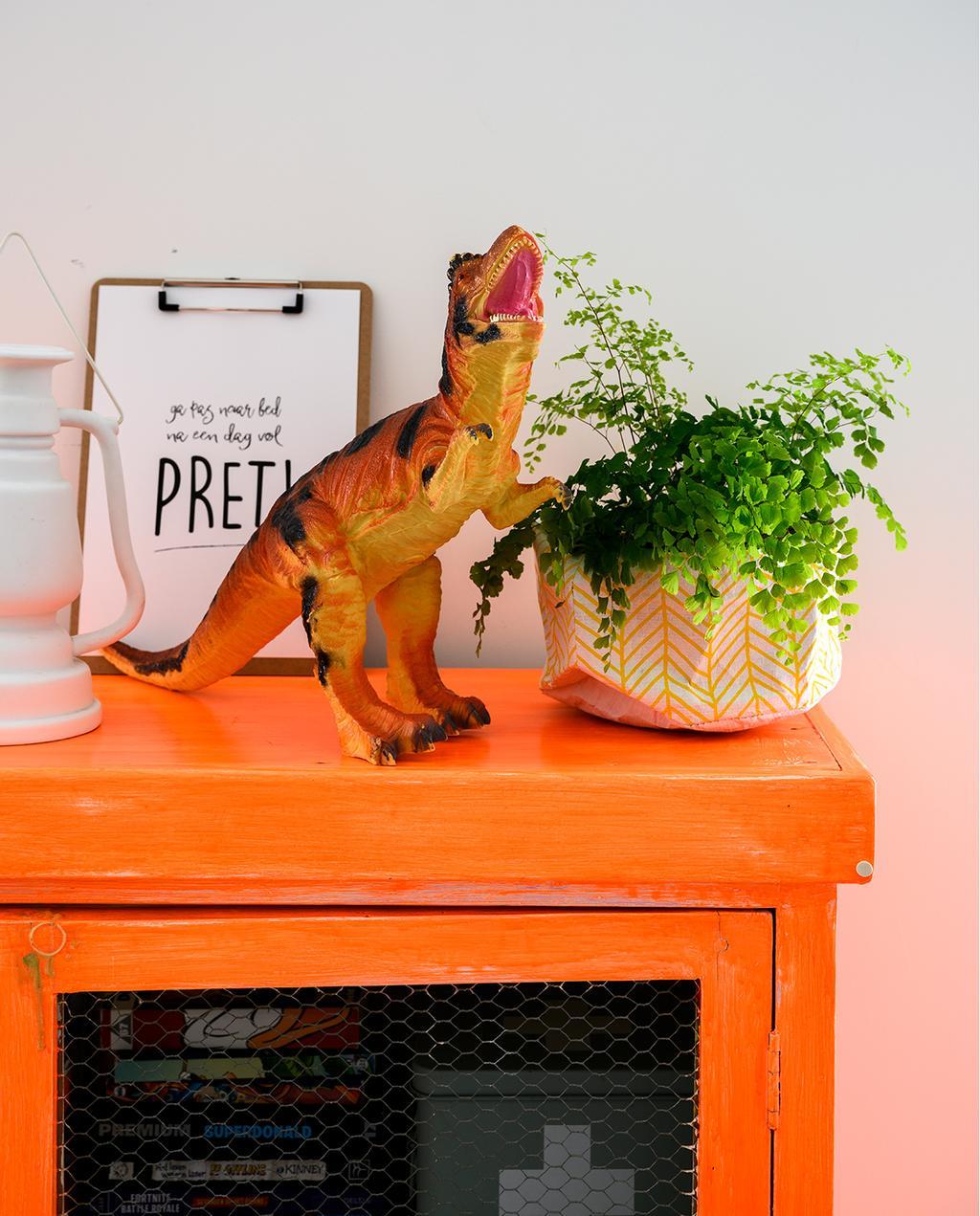 vtwonen 05-2020 | riant familiehuis Breda kinderslaapkamer met oranje vintage kast