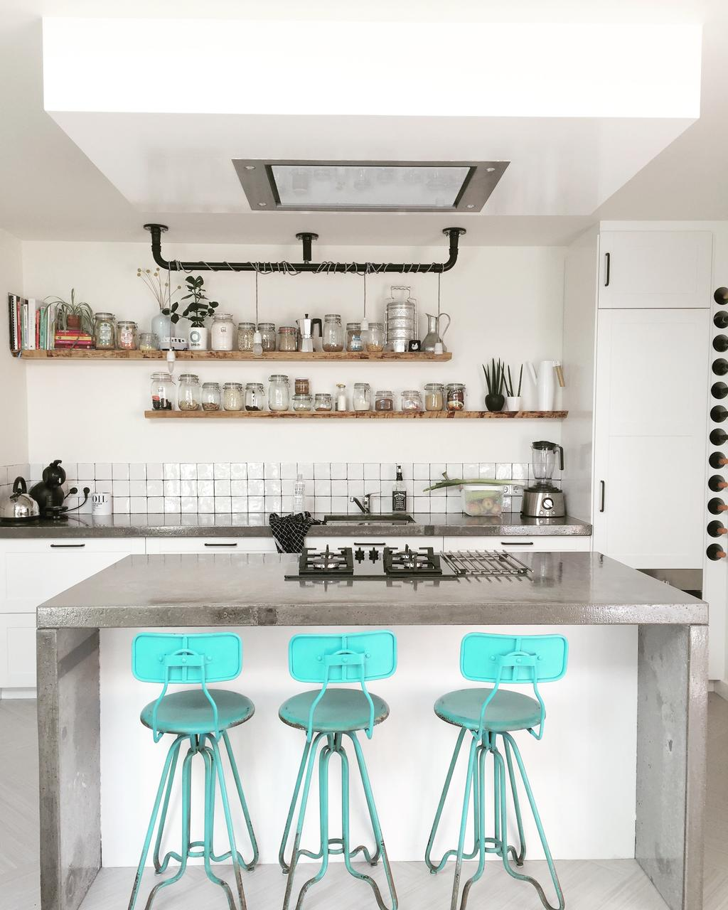 onze-stoere-nordic-industriele-keuken-de-lamp-is-gemaakt-door-mijn-man-en-het-beton-aanrechtblad-hebben-we-zelf-gestort-met-wat-mooie-design-accessoires-en-weckpotten-op-de-douglashouten-planken-maakt-dit-pareltje-onze-keuken-helemaal-af