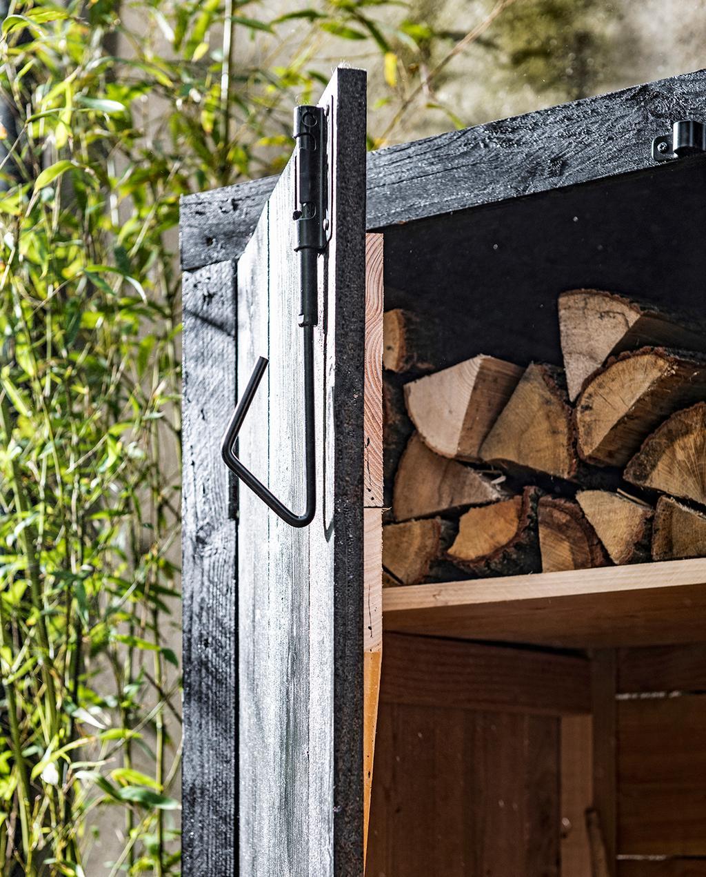 vtwonen tuin special 1 2020 |Opbergkast zwart hout met stalen slothaak
