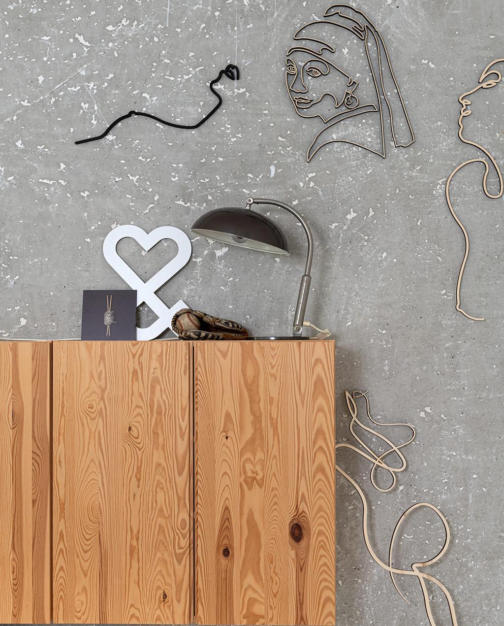 vtwonen 04-2021 | zelfgemaakte kast met verschillende kunstwerken aan de muur