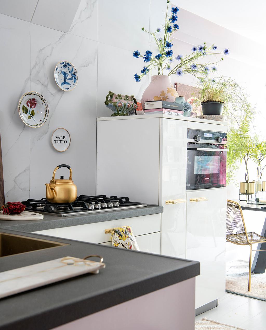 vtwonen 06-2021 | keuken witte koelkast en decoratie borden aan de wand met bloemen