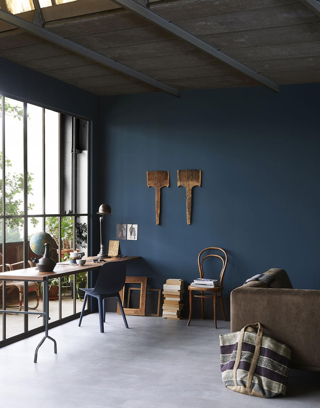 Werkplek in huis met een bureau van houten plank en een schraag.