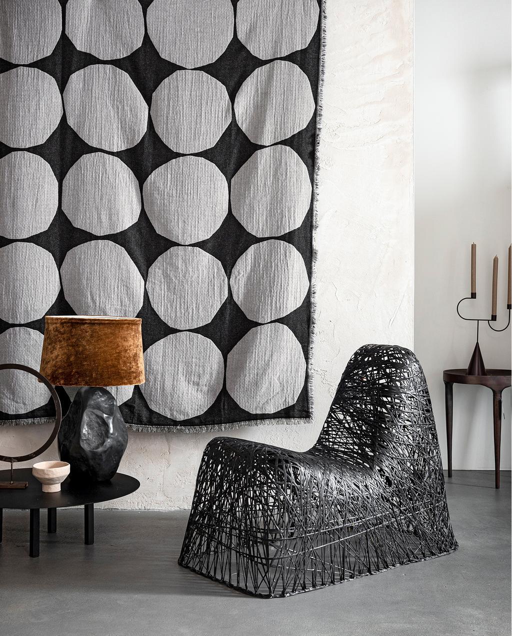 vtwonen 03-2020 stof verf & behang | zithoek met donker wandkleed met bollen patroon