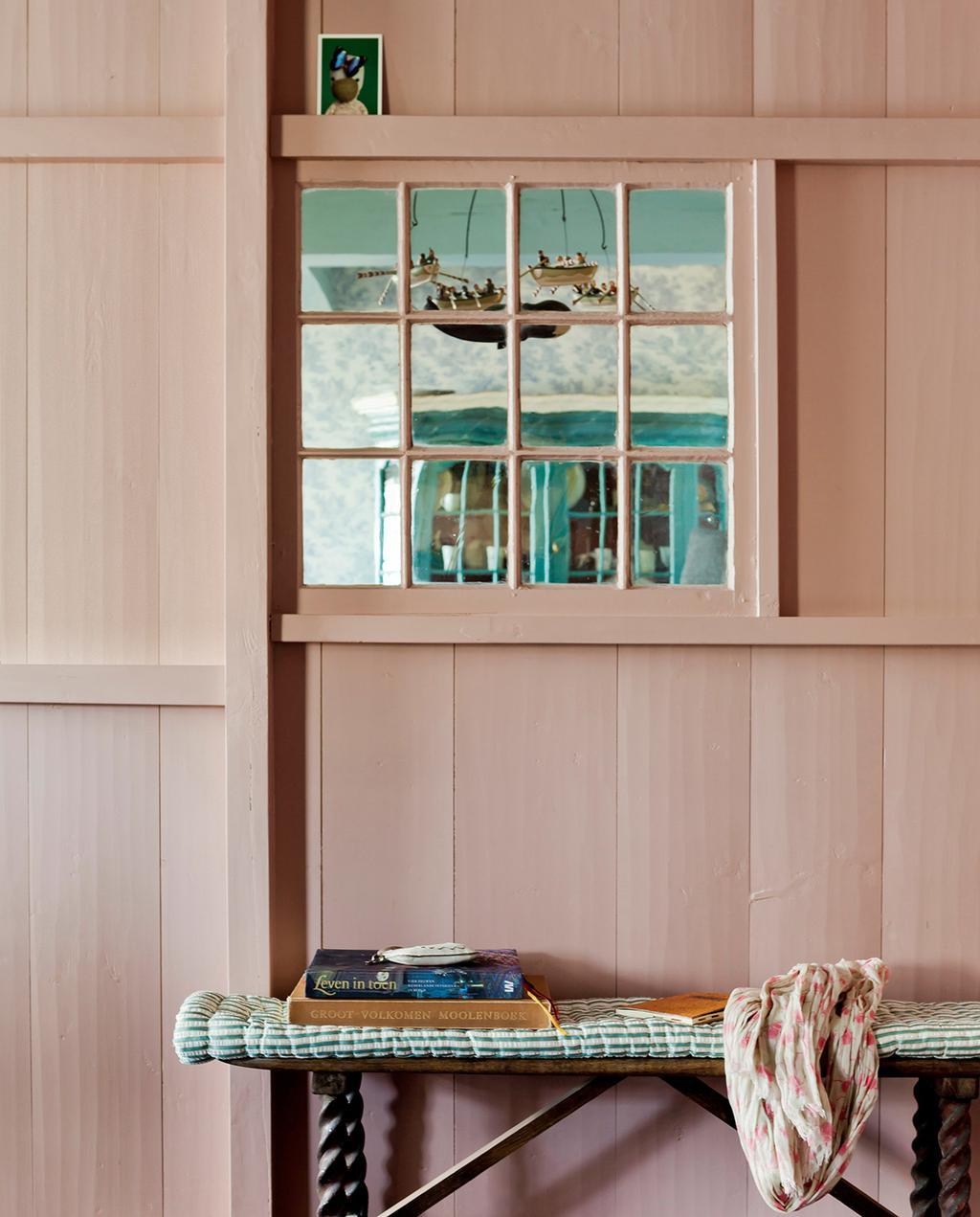 vtwonen 03-2021 styling met kunst, roze muren en blauwe details