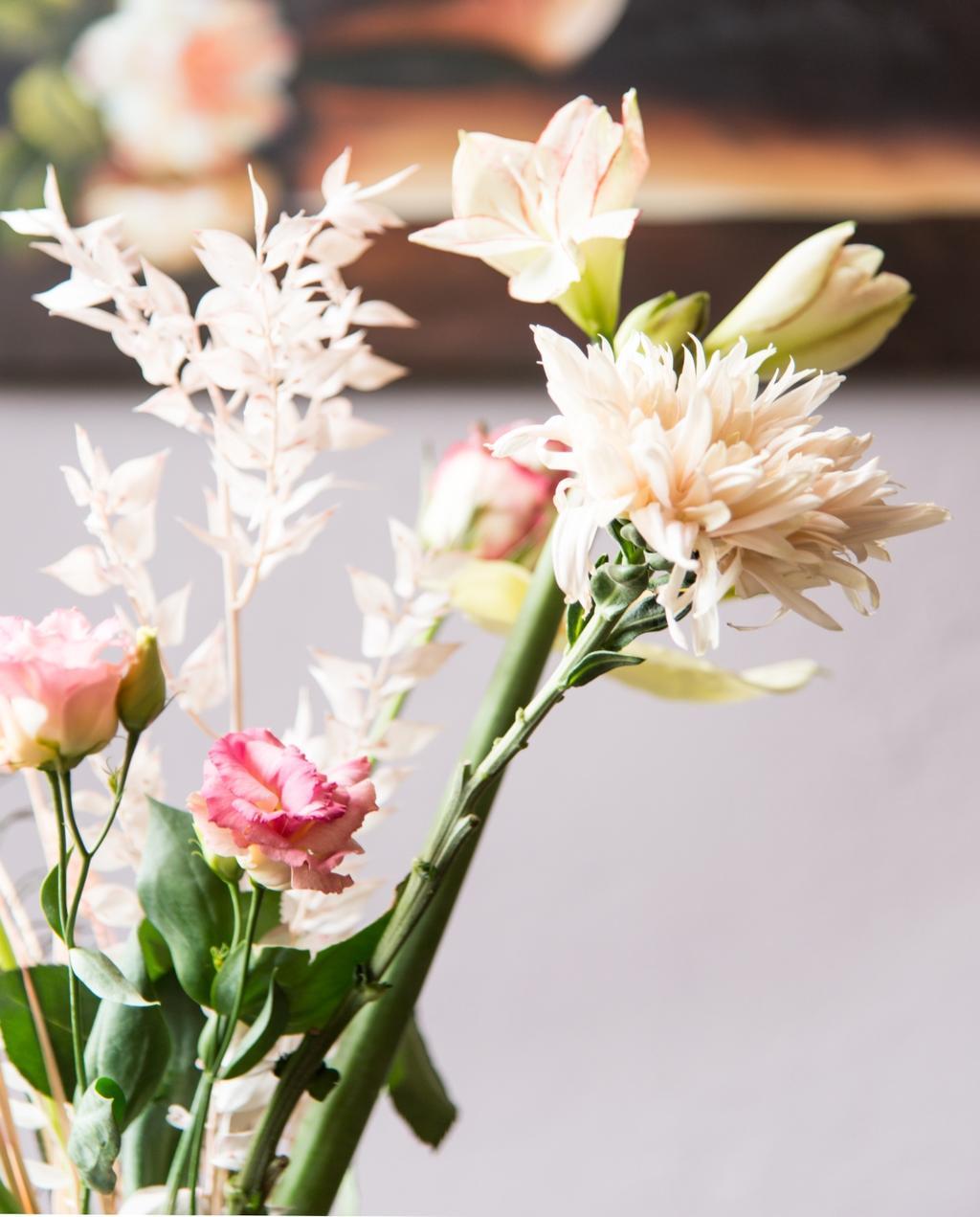 vtwonen 06-2020 | binnenkijken in Nijmegen bos bloemen op eettafel