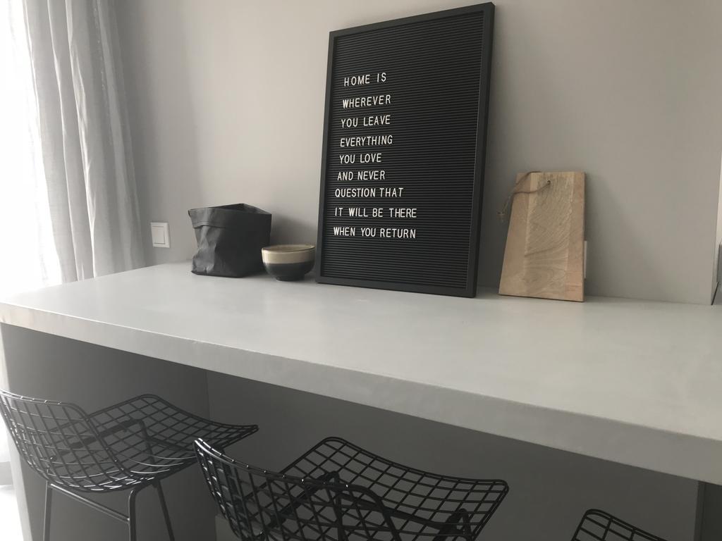 een-stoere-betonnen-bar-erbij-en-onze-keuken-is-helemaal-af