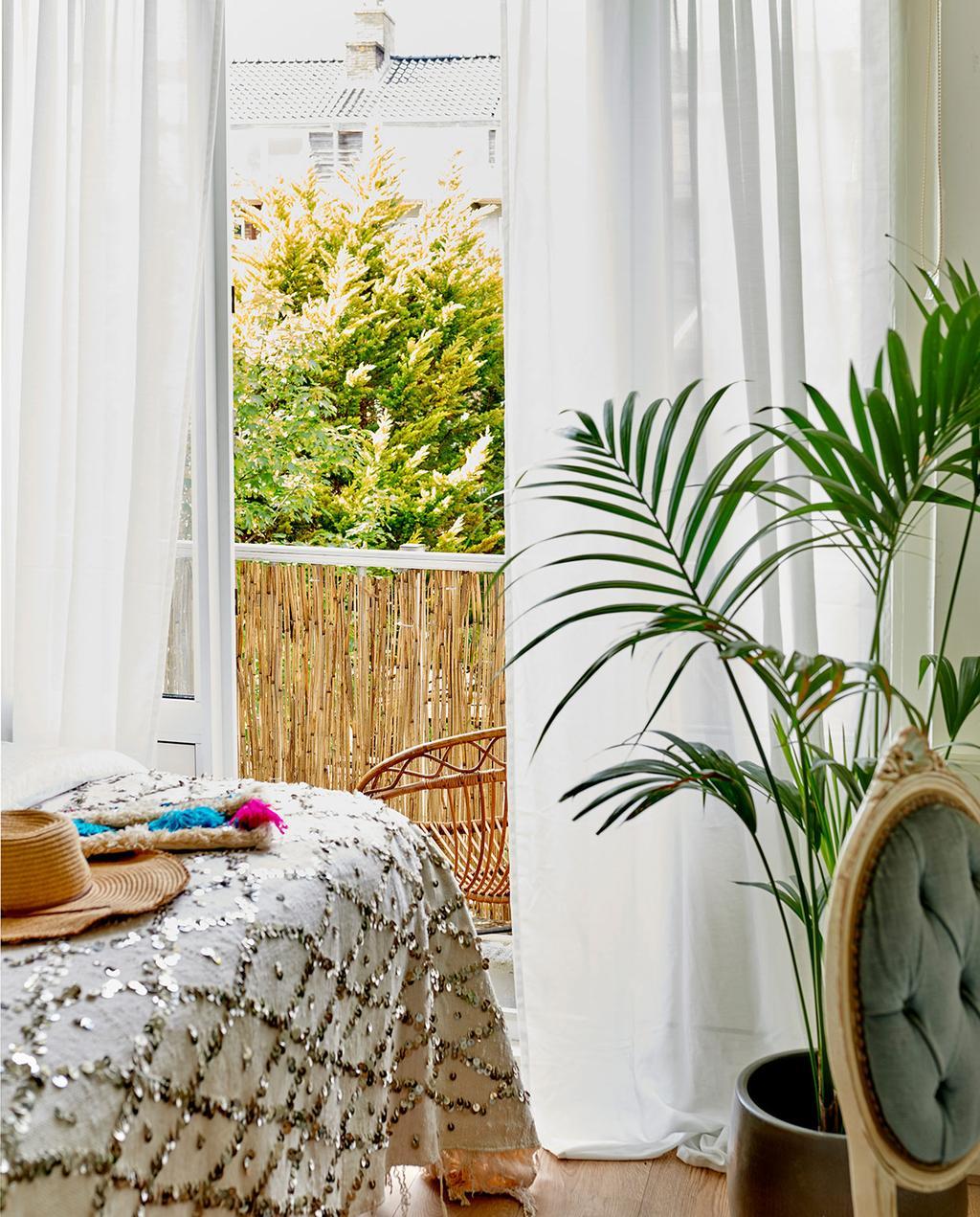 vtwonen special tiny houses | balkon bij het bed met wit linnen gordijnen I jaren 30-appartement