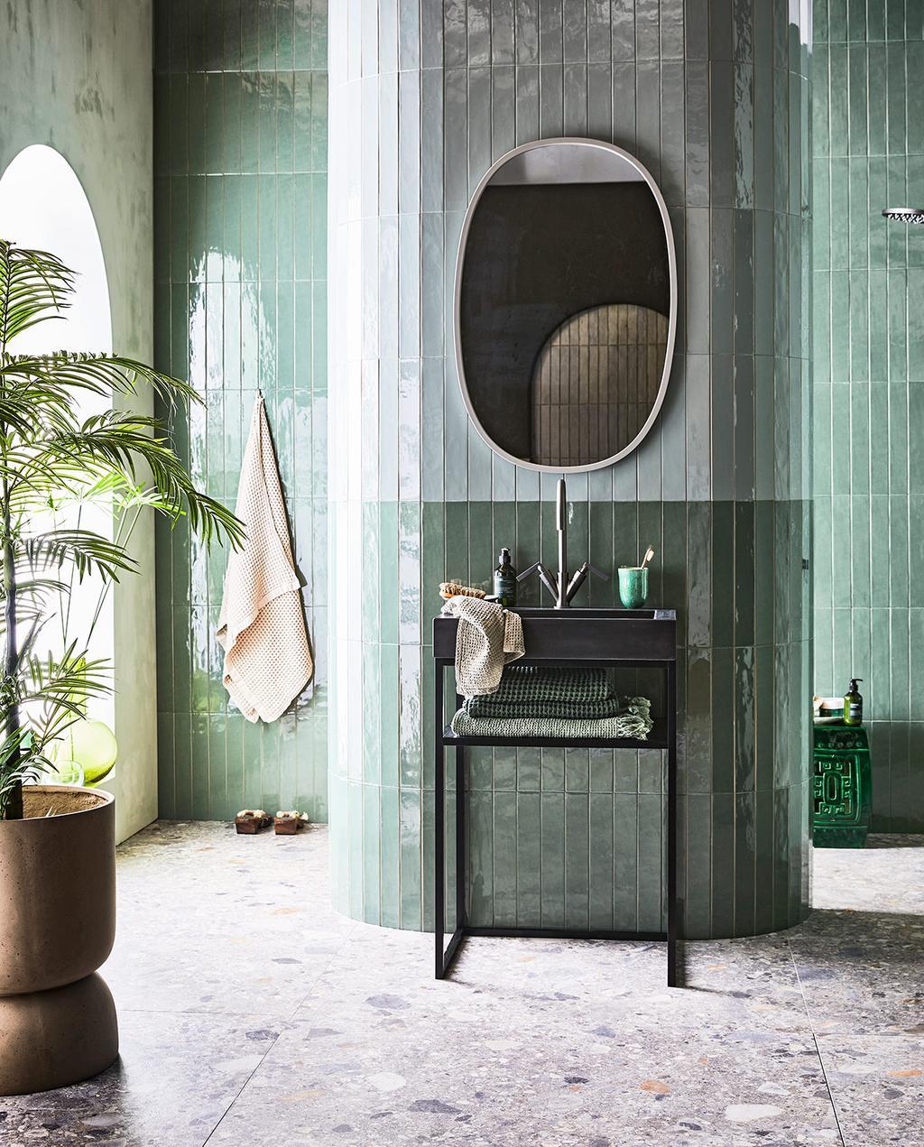 vtwonen 08-2021 | groene badkamer spa met een ovalen spiegel